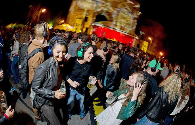 Silent Disco nennt sich diese Party. Die Anwohner waren angenehm von der Stille überrascht. © Tobias Hase