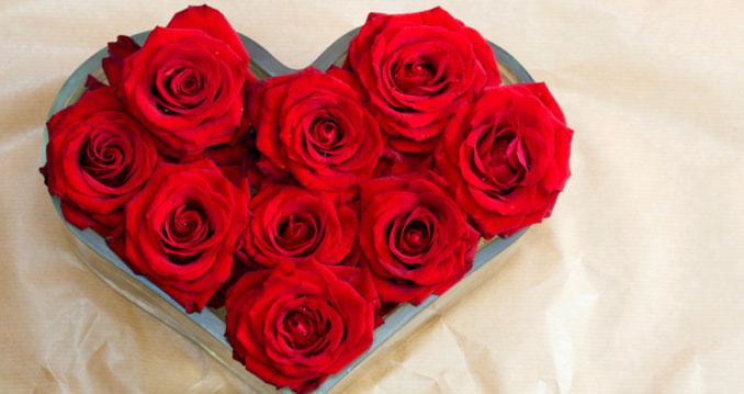Ein Rosengedeck in Herzform erwärmt das Herz der Liebsten ©JupiterImages
