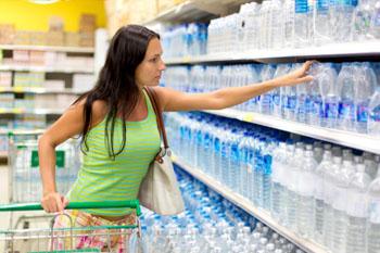 Eine riesige Auswahl! Leider an PET-Flaschen. Die klassische Mehrwegflasche wurde aus den Supermarktregalen verdrängt. ©iStockphoto