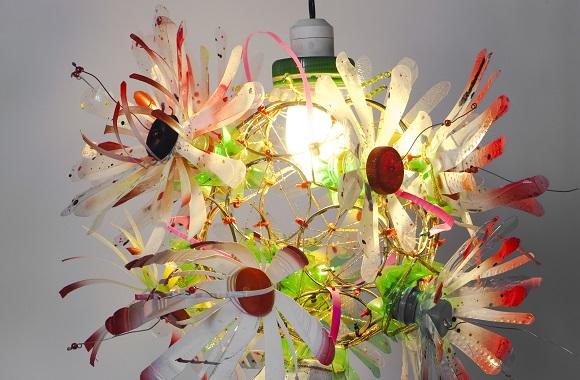 Schickes Upcycling-Design von World of Eve: Kleider aus Plastikmüll für Energiesparlampen