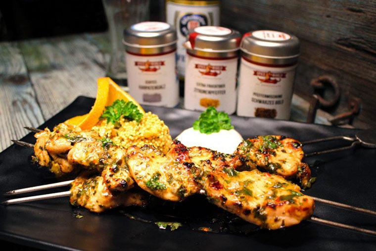 das gegrillte Hähnchen mit dem Couscous sowie dem Joghurtdip servieren und das Herbstgrillgericht genießen