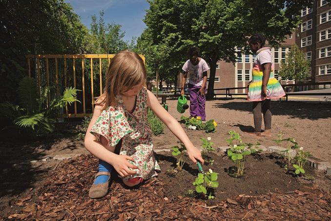 Kinder haben Spaß an Gartenarbeit © 5 am Tag