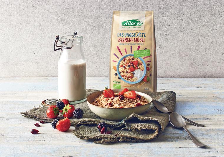 Natürliches und gesundes Frühstück mit Müsli und Bio-Milch