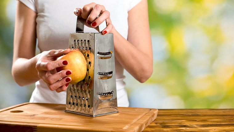Apfel klein raspeln