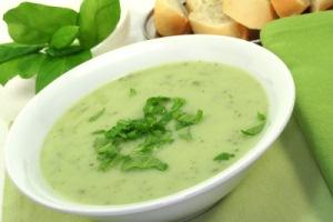 Gesund essen im Frühjahr mit dem Rezept für Bärlauch-Suppe © silencefoto