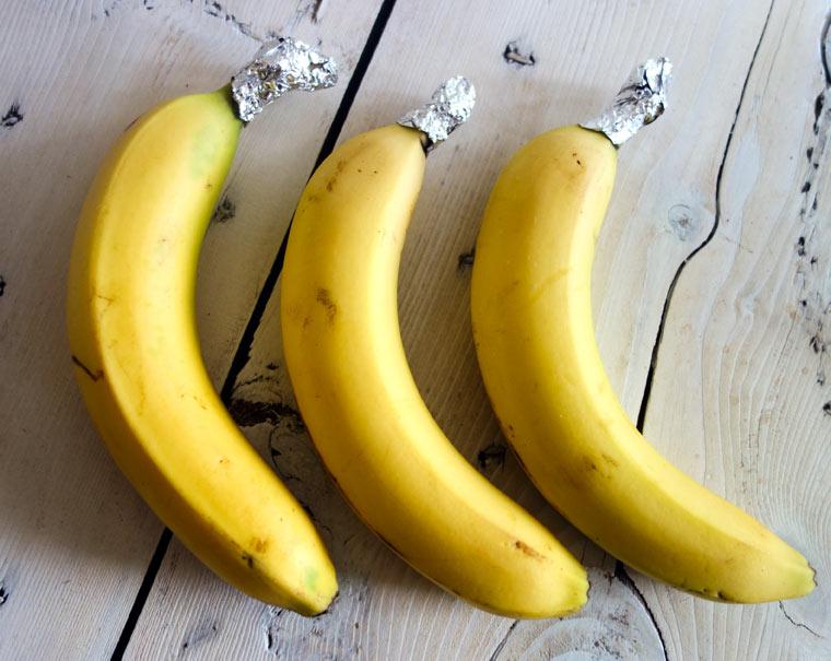 Wickle die Enden von Bananen ein