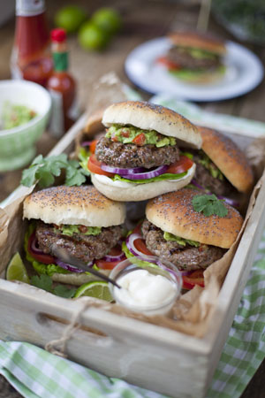Die gegrillten Beef Burger mit Guacamole ist ein einfaches, leckeres Essen © Bord Bia