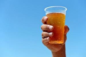 Getränke sollten im Stadion in Mehrwegbechern abgefüllt sein - für die Umwelt. © wide-eyed-doe/iStock/Thinkstock