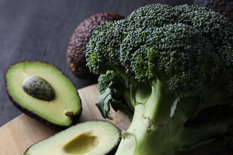 Brokkoli und Avocado Salat