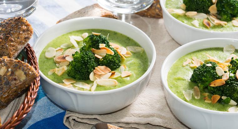 Brokkoli-Cremesuppe mit Garnelen und Mandelblättchen