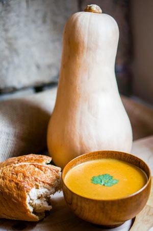 Kürbis-Mais-Suppe mit Chili und Koriander