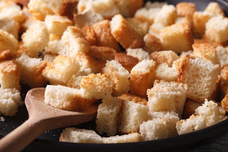 Croutons aus trockenem Brot oder Brötchen