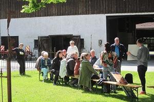 Die Teilnehmer erhalten eine Einführung in die Käseherstellung. © ÖMA