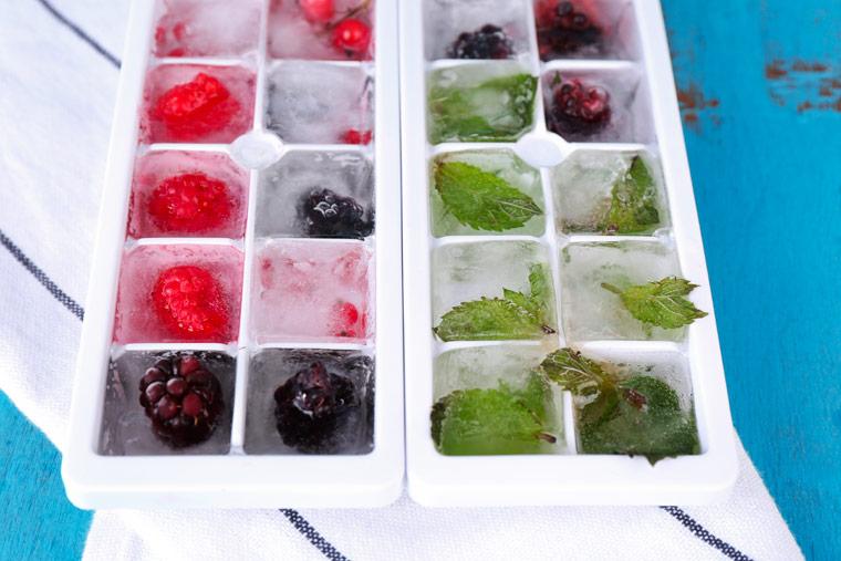 Eiswürfel mit Früchten und Kräutern