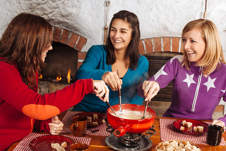 Freunde beim Fondue essen