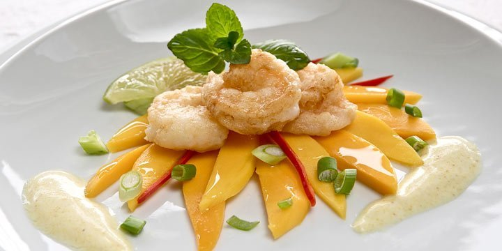 Knusprige Garnelen auf Mango-Carpacchio mit Currydressing