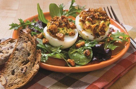 Leckere Vorspeise für das Ostermenü: Gefüllte Eier mit mediterranem Walnusstopping