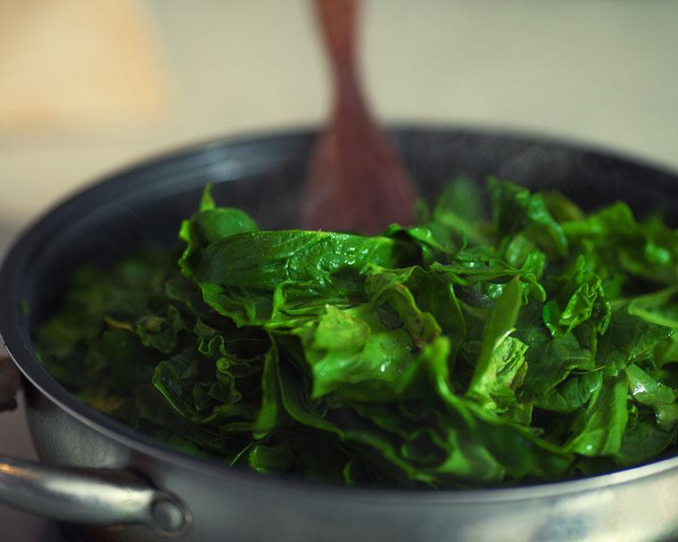 Spinat entfaltet auch gekocht viele Vitamine und Ballaststoffe.