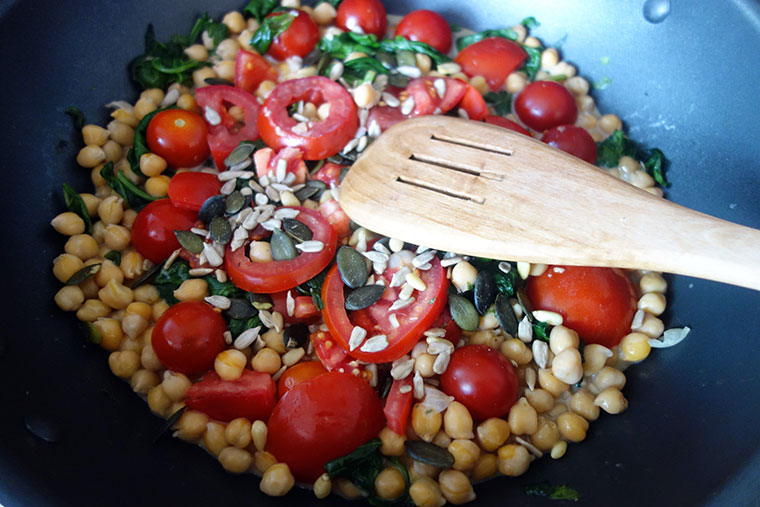 Gemüsepfanne mit Kichererbsen und Tomaten