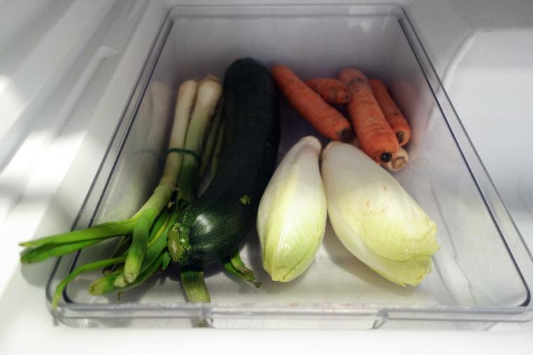 Lagere Obst und Gemüse im Gemüsefach
