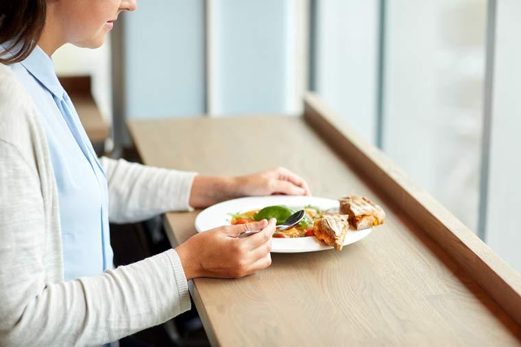 Businessfrau gesund essen