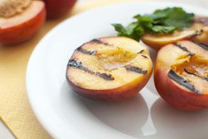 Gegrillte Pfirsiche schmecken gut mit einer Vanillecreme © razmarinka/ iStock/ Thinkstock