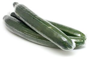Bio-Gurken in Plastik verpackt.