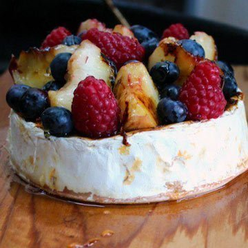Geplankter Camembert mit Obst