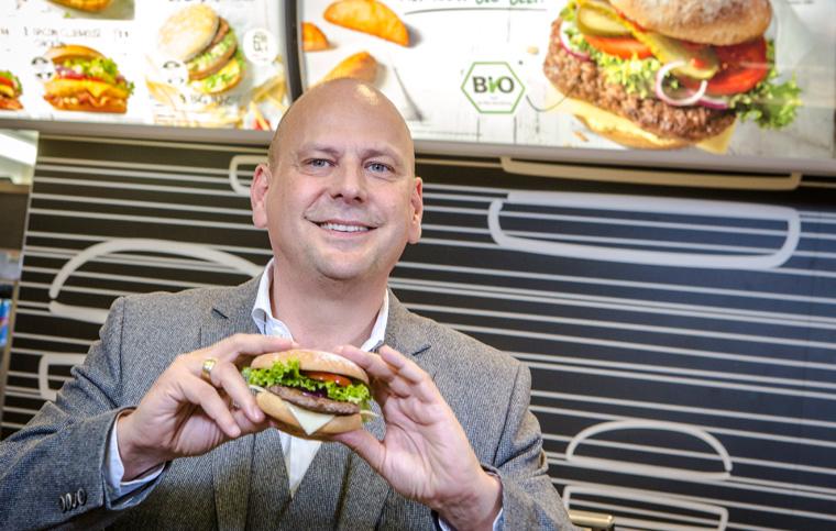 Vorstandsvorsitzender von McDonalds Deutschland Holger Beek mit dem McB