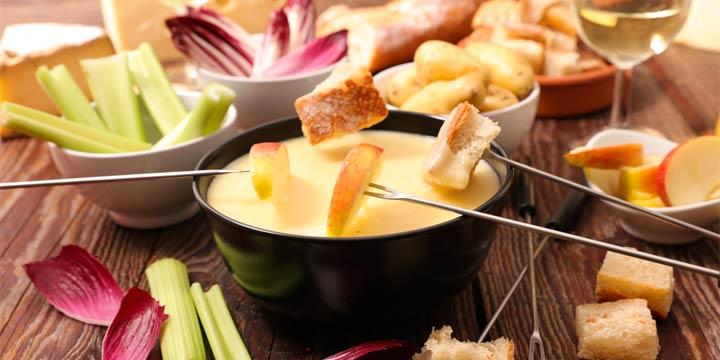 Käsefondue mit Obst und Gemüse zubereiten