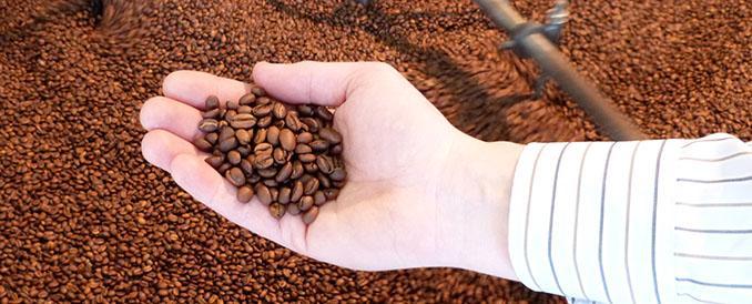 In massiven Kesseln wird der Kaffee geröstet um eine gleichmäßige Röstung zu erhalten © Murnauer Kaffeerösterei