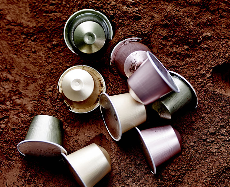 Kaffeekapseln in Kaffeepulver