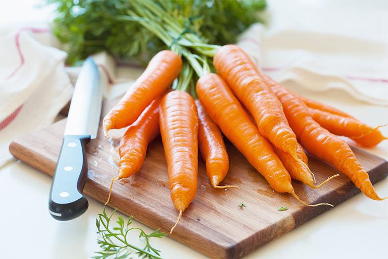 Karotten auf Schneidbrett