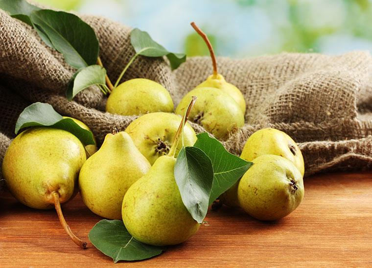 Die süß-saure Birne schmeckt nicht nur im Kuchen, sondern passt auch super zu herzhaften Gerichten.