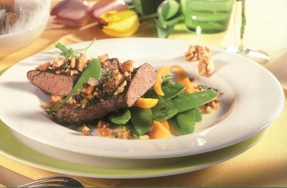 Köstliches Hauptgericht für das Ostermenü: Lammfilet mit gedünstetem Gemüse und knuspriger Kruste