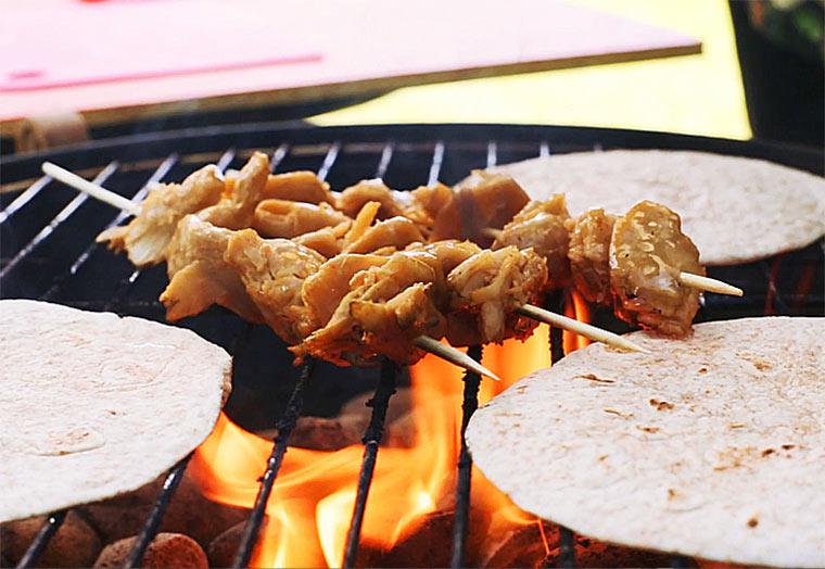 Würzige Spieße vom Grill mit Taco-Wraps und Couscous