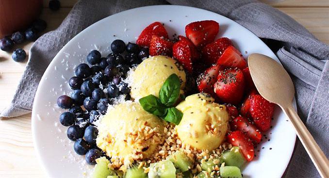 Verschiedene Früchte mit frozen Joghurt