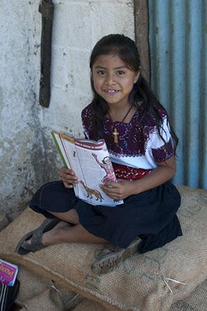 Mexikanisches Mädchen mit Schulheft