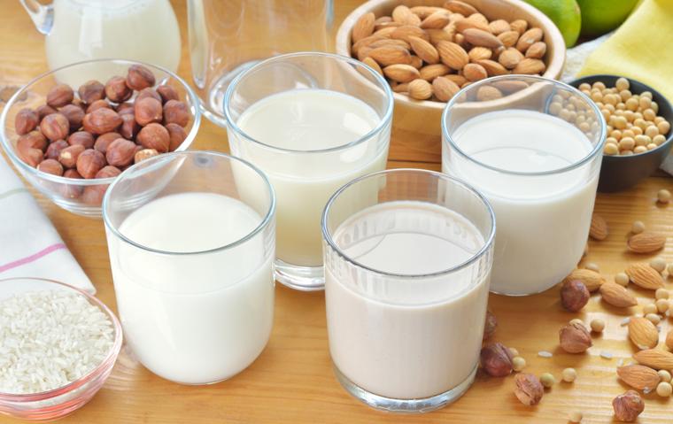 Mandelmilch beispielsweise schmeckt süßlich lecker, ist natürlich und enthält viele gesunde Inhaltsstoff