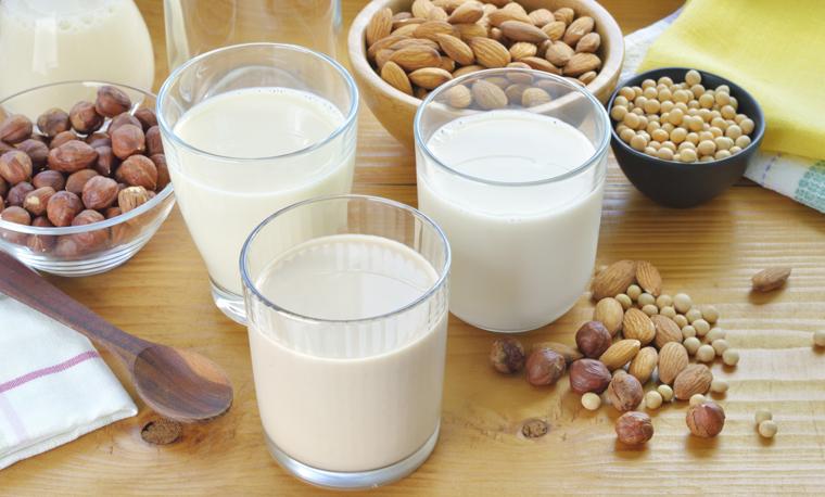 Mandelmilch enthält nur 24 Kilokalorien pro 199 Milliliter und 0,5 Prozent Eiweiß.
