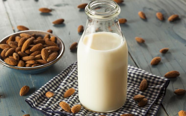 Wer aber dennoch keine Kuhmilch trinken will, für den gibt es leckere Alternativen wie Mandelmilch oder Kokosmilch.