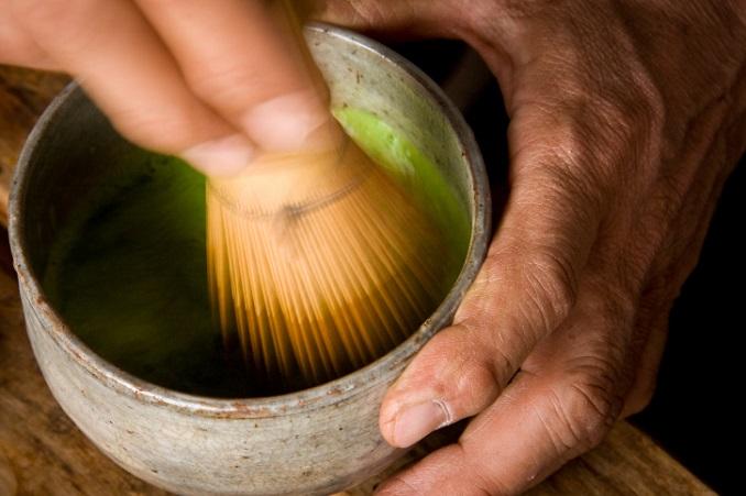 Zubereitung Matcha Tee: Er wird mit dem Matchabesen zubereitet. © Sean Breslin/iStock/Thinkstock
