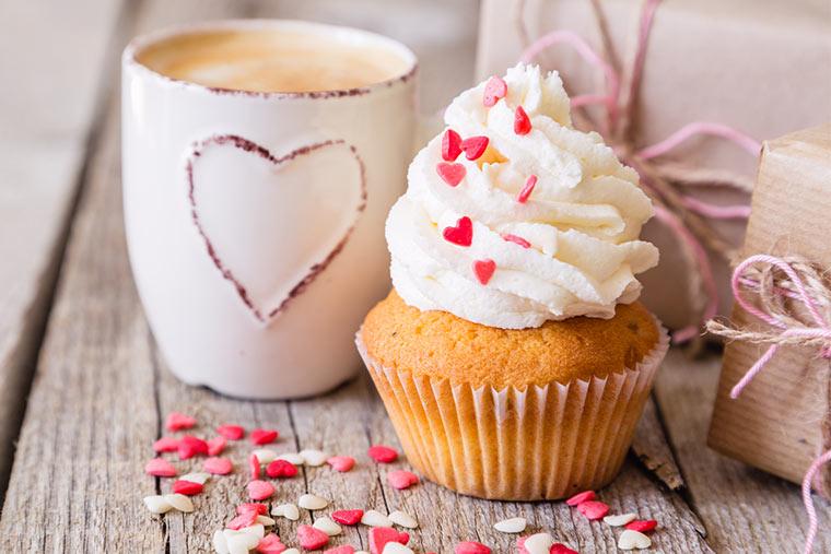 Muffin mit Herzen dekoriert