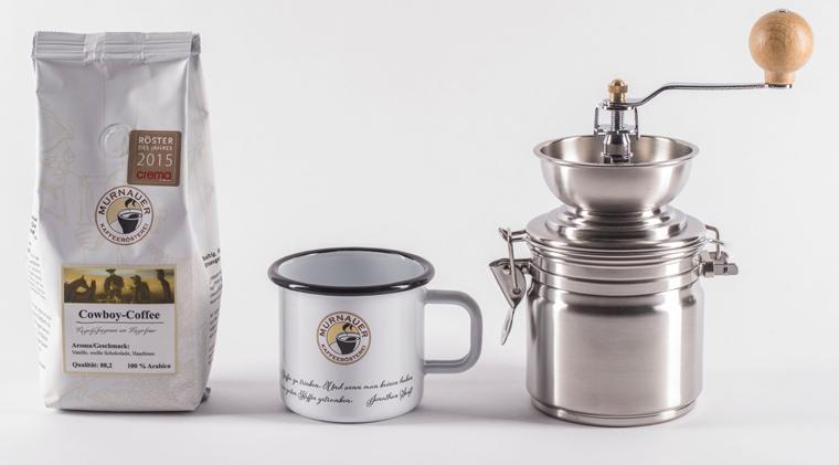 Das Set setzt sich aus einer Handmühle mit leicht zu reinigendem Kegelmahlwerk, zwei Emaille-Tassen und 250g Cowboy Coffee zusammen.