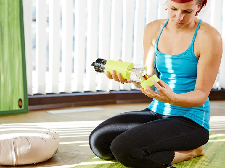 Nuapua Trinkflasche beim Yoga machen