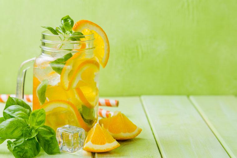 Limonaden Rezept: Orangenlimonade mit Basilikum