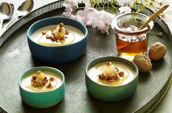 Süßes Dessert für das Ostermenü: Panna Cotta mit Honig, Nüssen & griechischem Joghurt
