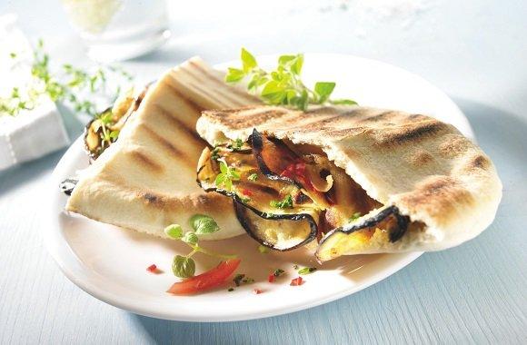 Veganes Grillrezept von Jérôme Eckmeier: Köstliche Pita-Tasche mit gegrillten, krossen Auberginenchips