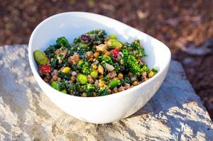 Quinoasalat schmeckt gut und macht satt © joshuaraineyphotography/iStock/Thinkstock