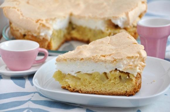 Köstlicher Blechkuchen wie bei Oma: Rezept für Rhabarberkuchen mit Hefeteig und Baiser